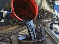 Доходы от нефти снизились в 1.7 раз