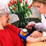 Бизнес с минимальными вложениями: уход за пожилыми людьми